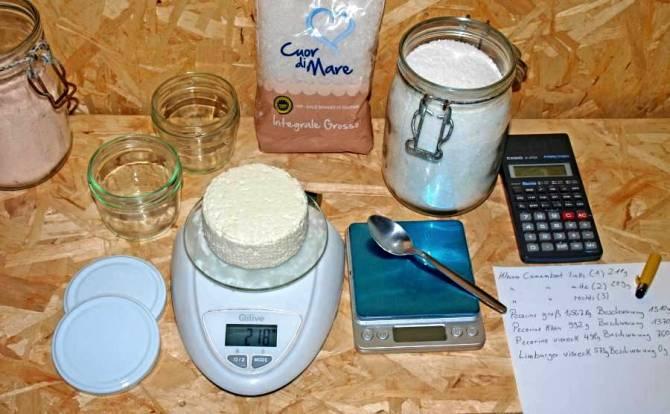 Abwiegen der Käse um beim Käse selbst herstellen die Salzmenge zu bestimmen.
