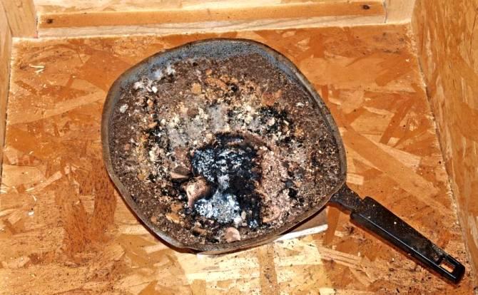 Eine Eisenpfanne um die Räucherspäne einzufüllen.
